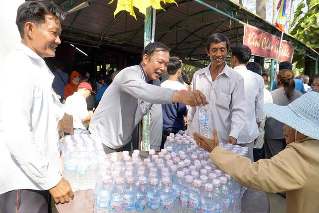 Nhiều quầy cơm nước miễn phí tại lễ hội Gò Tháp - Ảnh 1.