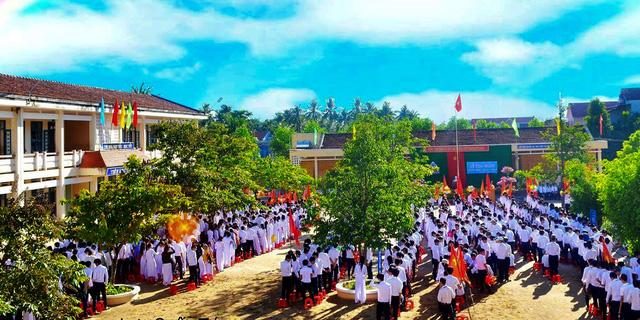 Học sinh đánh thầy nhập viện do bị nhắc trong giờ chào cờ - Ảnh 1.