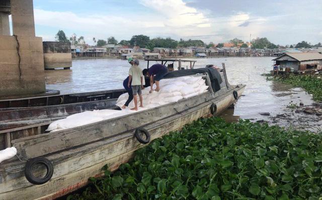 Bắt 90 tấn hàng lậu từ Campuchia về Việt Nam - Ảnh 1.