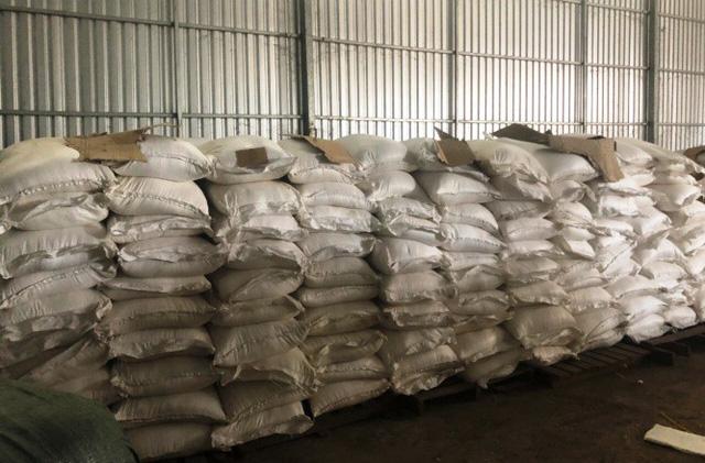 Bắt 90 tấn hàng lậu từ Campuchia về Việt Nam - Ảnh 2.