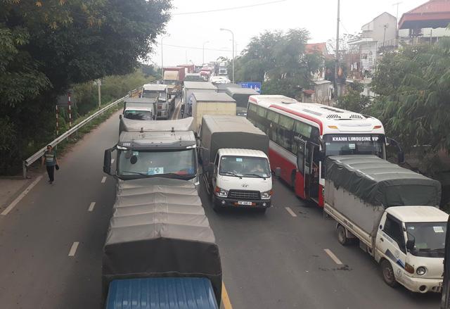 Quốc lộ 18 ùn tắc kéo dài vì tài xế phản đối trạm BOT Phả Lại - Ảnh 2.