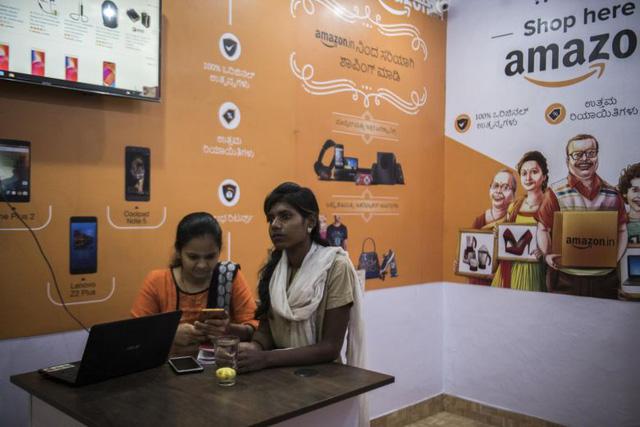 Ấn Độ kiềm chế Amazon và Walmart - Ảnh 1.