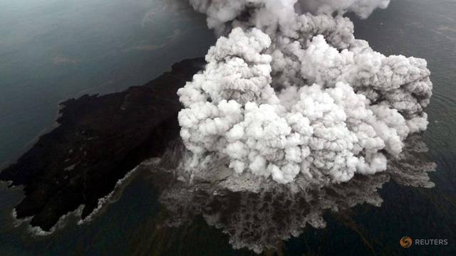 Indonesia áp đặt vùng cấm bay quanh núi lửa Krakatau - Ảnh 1.