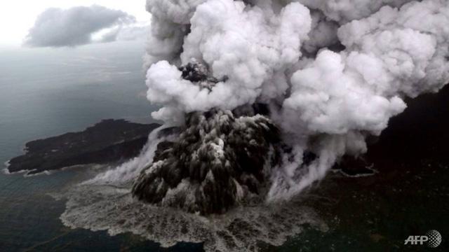 Núi lửa ở Indonesia lùn xuống sau khi gây sóng thần hơn 400 người chết - Ảnh 1.