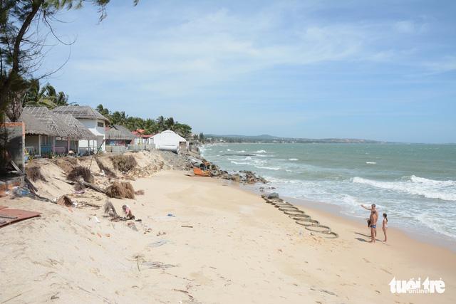 Bình Thuận đề xuất gần 800 tỉ đồng khắc phục sạt lở bờ biển - Ảnh 1.