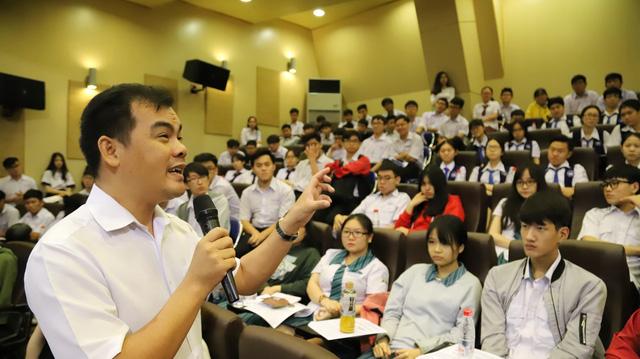 Ít nhất 20% trường THPT ở TP.HCM giao tiếp bằng song ngữ Anh - Việt - Ảnh 1.
