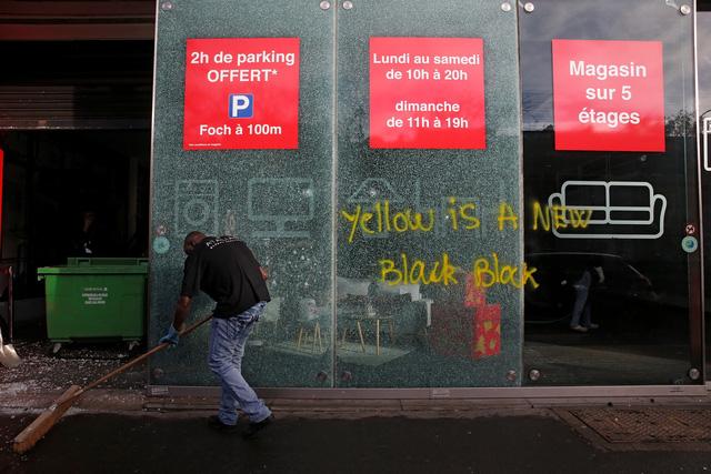 Biểu tình bạo loạn ở Pháp: 378 người bị tạm giữ, trong đó có 33 trẻ vị thành niên - Ảnh 3.