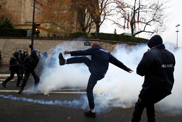 Đến lượt học sinh và tài xế cứu thương biểu tình ở Pháp - Ảnh 1.