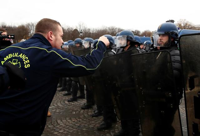 Đến lượt học sinh và tài xế cứu thương biểu tình ở Pháp - Ảnh 2.