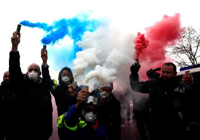 Đến lượt học sinh và tài xế cứu thương biểu tình ở Pháp - Ảnh 3.