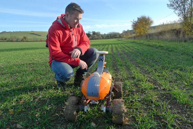 Robot làm đồng giúp giảm vất vả cho nông dân - Ảnh 1.