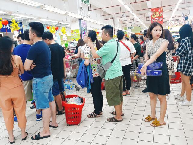 Xếp hàng nửa tiếng mới mua được đồ ở siêu thị - Ảnh 7.