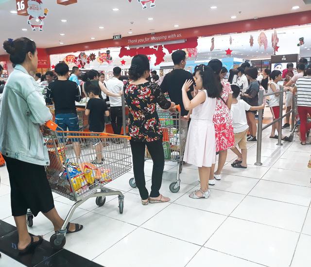 Xếp hàng nửa tiếng mới mua được đồ ở siêu thị - Ảnh 6.