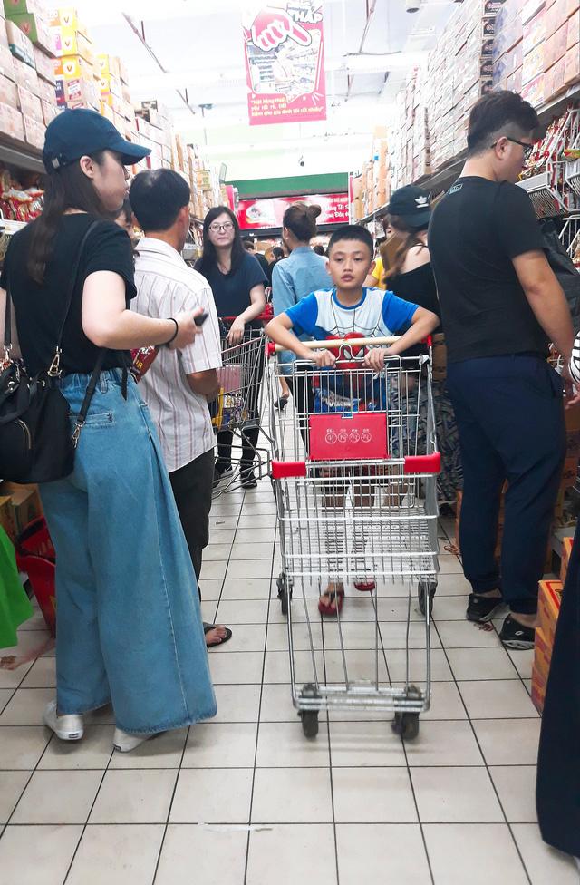 Xếp hàng nửa tiếng mới mua được đồ ở siêu thị - Ảnh 8.