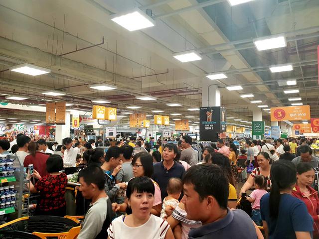 Xếp hàng nửa tiếng mới mua được đồ ở siêu thị - Ảnh 1.