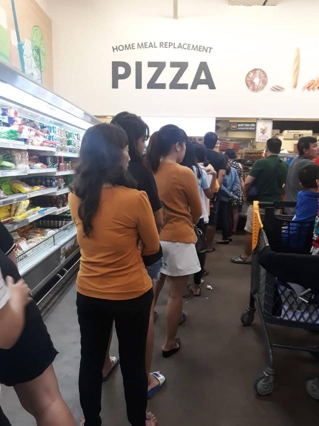 Xếp hàng nửa tiếng mới mua được đồ ở siêu thị - Ảnh 3.