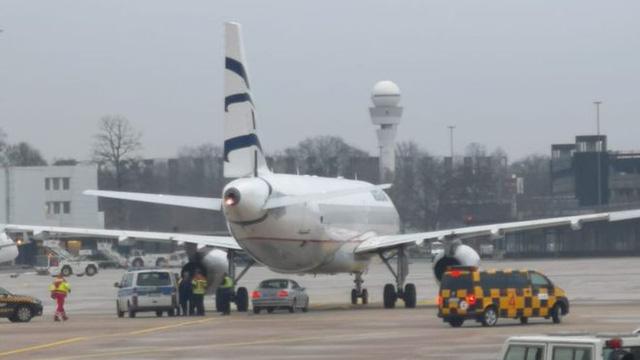 Sân bay Đức đóng cửa vì tài xế lao xe vào đường băng - Ảnh 1.