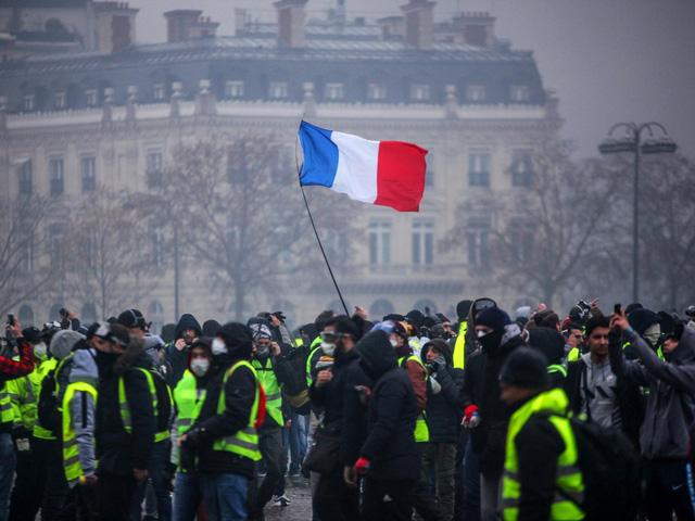 Ông Macron đã phải nhún trước phe 'áo vàng' - Ảnh 1.
