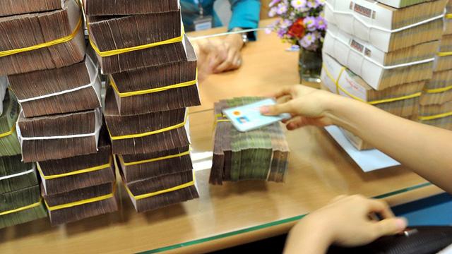 Ngân hàng đua lãi suất huy động, lên gần 9%/năm - Ảnh 1.