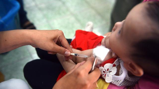 Hết văcxin 5 trong 1, Bộ Y tế lại hẹn tháng 12 - Ảnh 1.