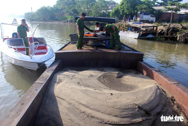 Bắt thuyền chở cát khai thác trái phép trên sông Đồng Nai - Ảnh 1.