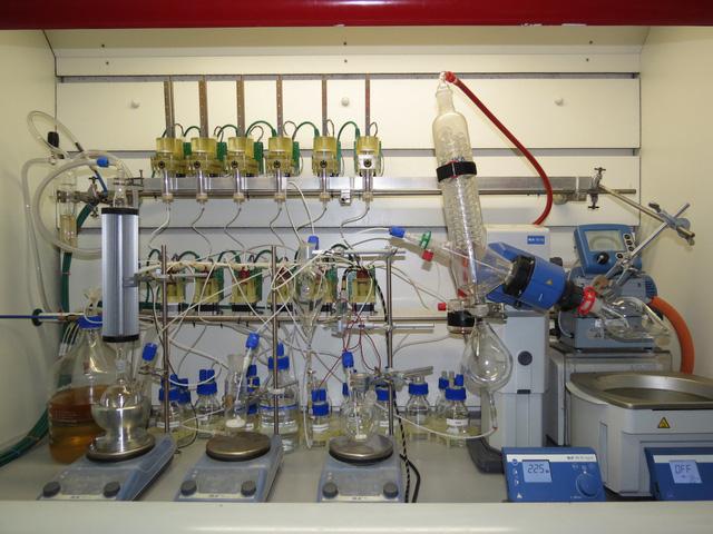 """Hệ thống """"chemputer"""" mới có thể cách mạng hóa sản xuất thuốc - Ảnh 1."""