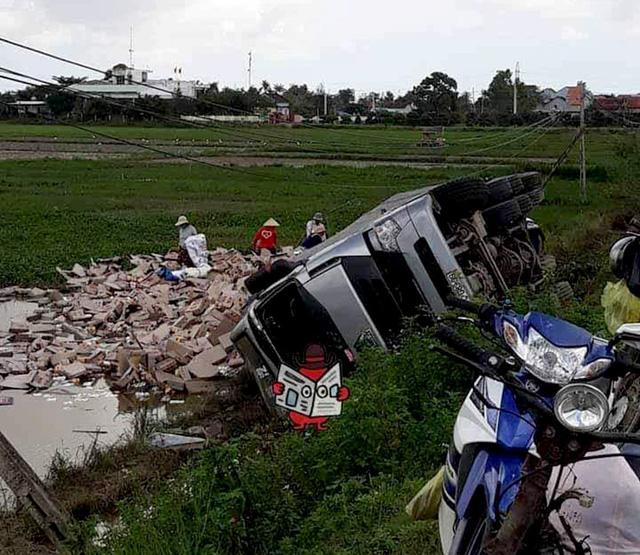 Dân Phú Yên hè nhau gom bò húc giúp tài xế xe tải bị lật - Ảnh 1.