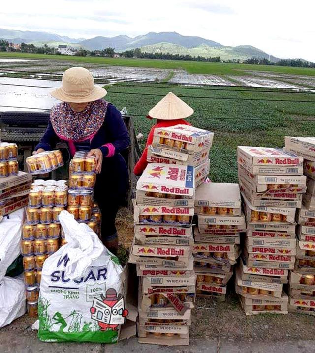 Dân Phú Yên hè nhau gom bò húc giúp tài xế xe tải bị lật - Ảnh 2.