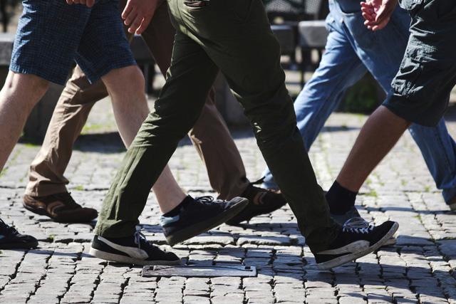 Đi bộ dưới 180.000 bước chân, nhân viên bị phạt tiền - Ảnh 1.