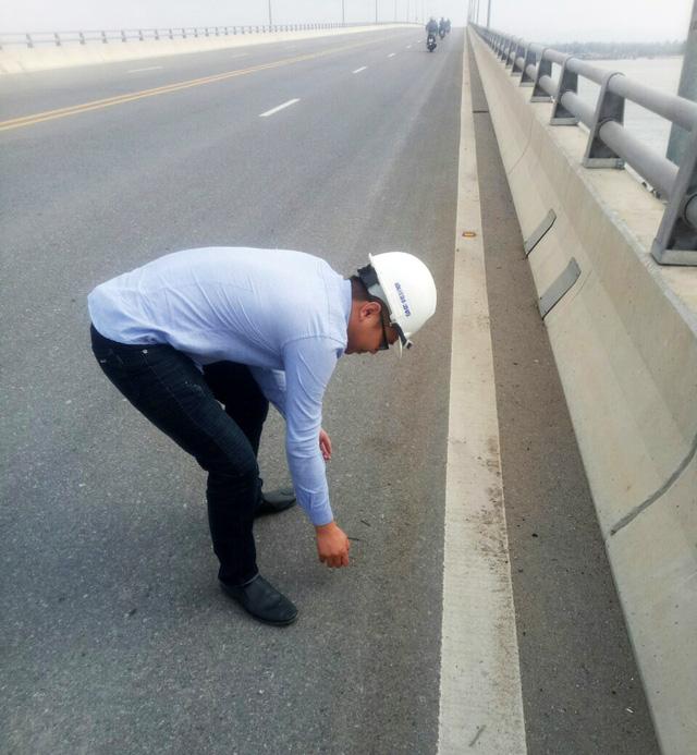 Cầu vượt biển dài nhất Việt Nam bị rải đinh 5-7cm - Ảnh 2.