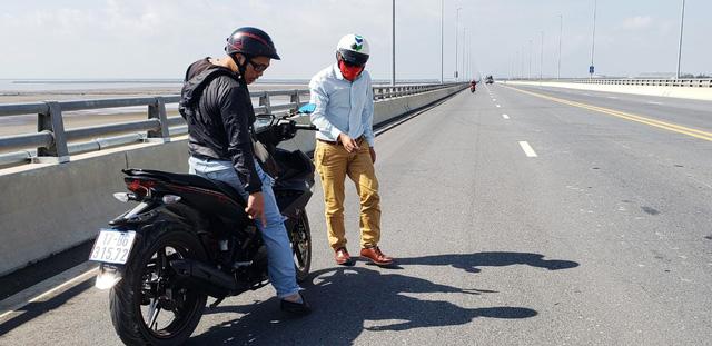 Cầu vượt biển dài nhất Việt Nam bị rải đinh 5-7cm - Ảnh 4.
