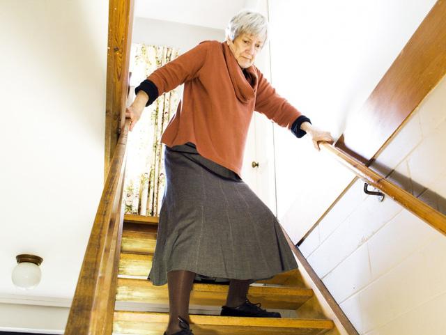 Phòng ngừa té ngã ở người cao tuổi - Ảnh 1.