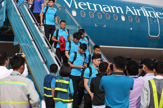 Tăng 8 chuyến bay từ TP.HCM đi Hà Nội cổ vũ đội tuyển Việt Nam - Ảnh 1.