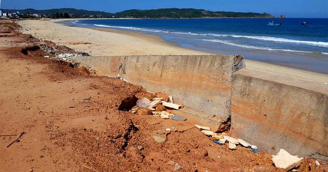 Kè biển đổ sập: thuê nhà thầu làm ẩu để... sửa chữa - Ảnh 2.