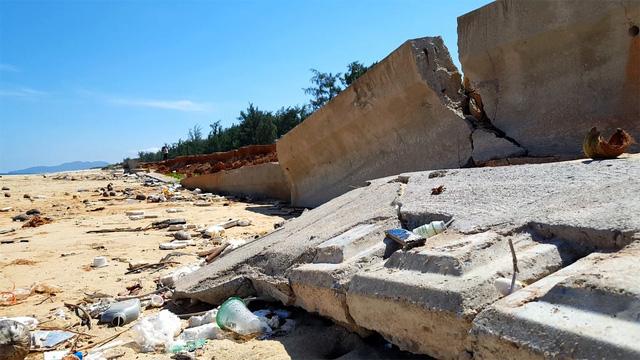 Kè biển đổ sập: thuê nhà thầu làm ẩu để... sửa chữa - Ảnh 1.