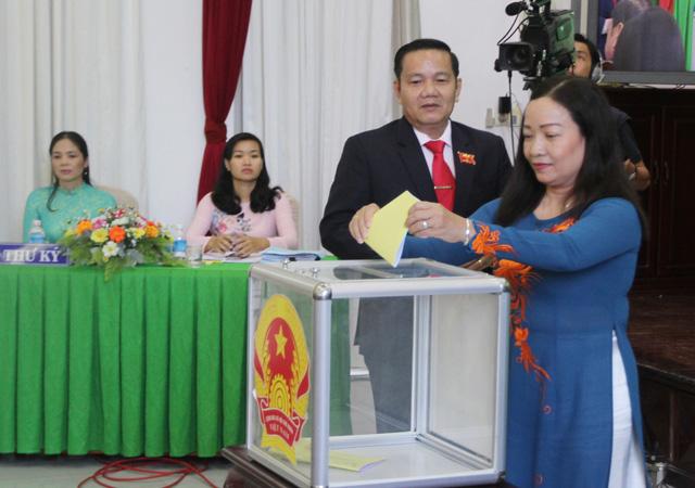 Chủ tịch, phó chủ tịch HĐND TP Cần Thơ đạt 53/53 phiếu tín nhiệm cao - Ảnh 2.