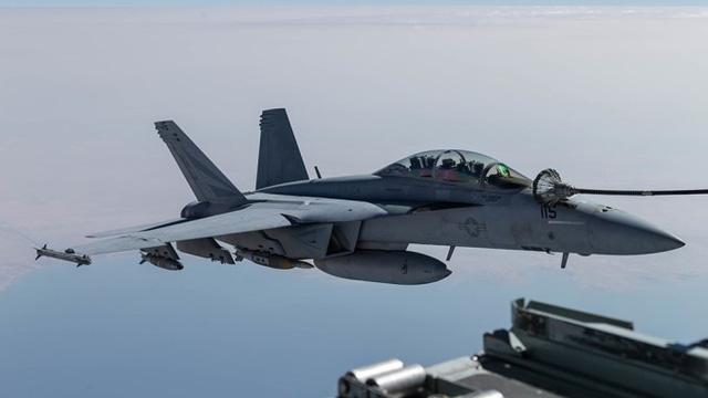 Tiêm kích Mỹ va chạm máy bay chở dầu, 7 người mất tích - Ảnh 1.
