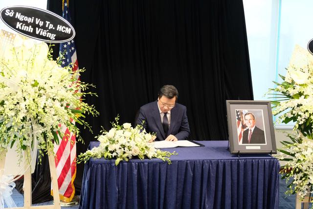 Lãnh đạo thành phố viếng cố tổng thống Mỹ Bush cha - Ảnh 1.