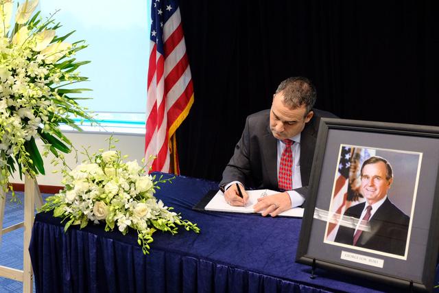 Lãnh đạo thành phố viếng cố tổng thống Mỹ Bush cha - Ảnh 3.