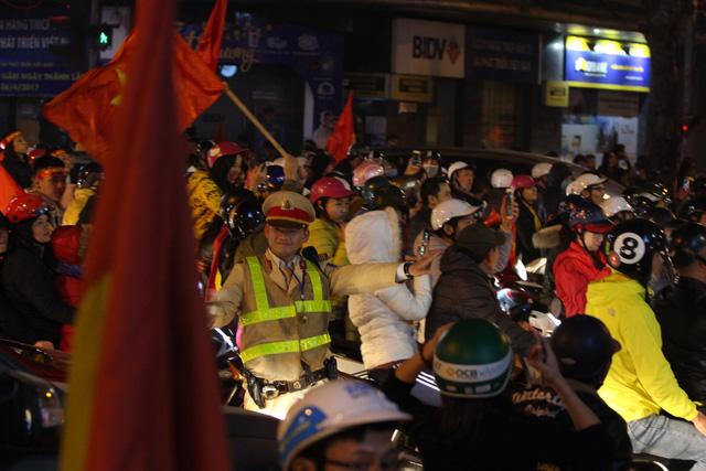 Hơn 1.000 cảnh sát giao thông Hà Nội bảo vệ an ninh trận Việt Nam - Philippines - Ảnh 1.