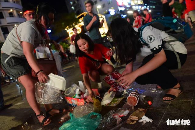Tuyệt đẹp phố đi bộ Nguyễn Huệ sạch rác sau trận Việt Nam - Philippines - Ảnh 6.