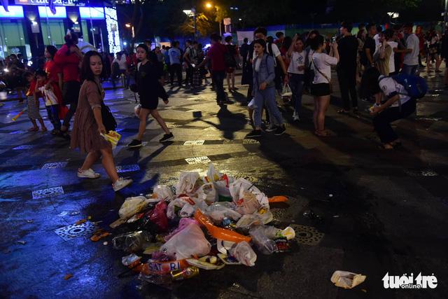 Tuyệt đẹp phố đi bộ Nguyễn Huệ sạch rác sau trận Việt Nam - Philippines - Ảnh 3.