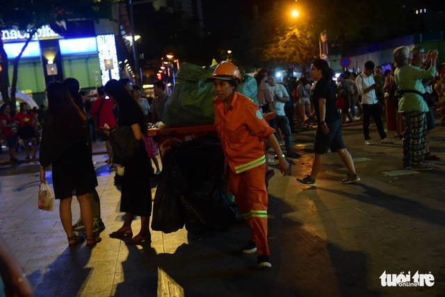Tuyệt đẹp phố đi bộ Nguyễn Huệ sạch rác sau trận Việt Nam - Philippines - Ảnh 2.