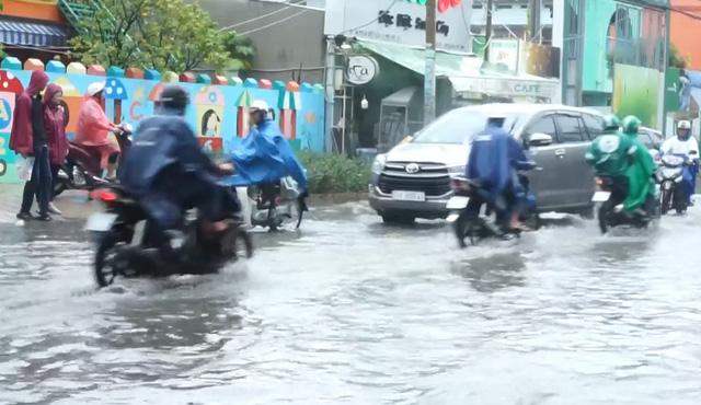 TP.HCM mưa dông trái mùa, triều cường vượt mức báo động 3 - Ảnh 1.