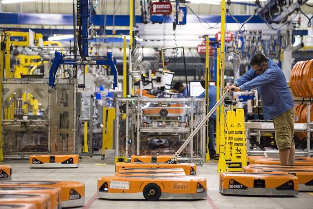 Robot làm thủng hộp thuốc diệt côn trùng, 24 nhân viên Amazon nhập viện - Ảnh 1.
