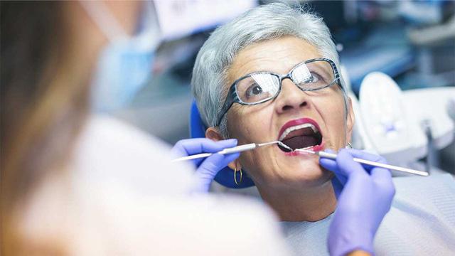 Chăm sóc sức khỏe răng miệng cho người cao tuổi - Ảnh 1.
