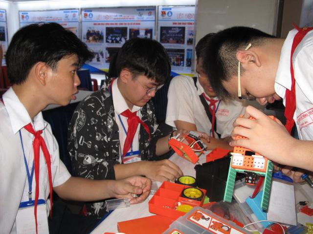 Học trò thi lắp ráp và lập trình robot - Ảnh 1.