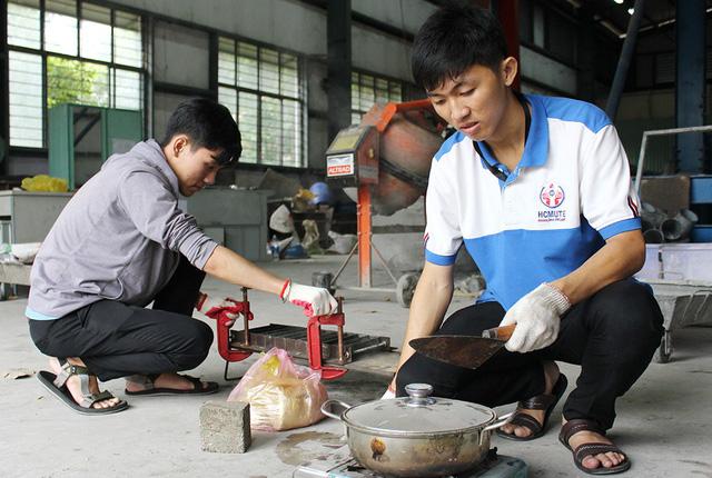 Hai sinh viên biến nilông tái chế thành gạch lát nền - Ảnh 1.