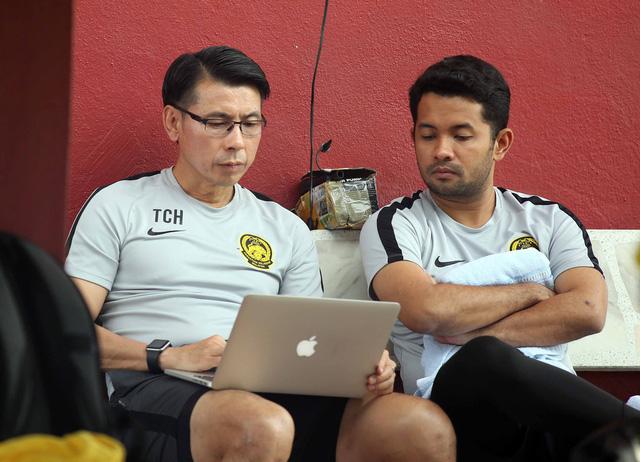 HLV Malaysia nghiên cứu băng hình VN trước buổi tập chiều 8-12 - Ảnh 1.