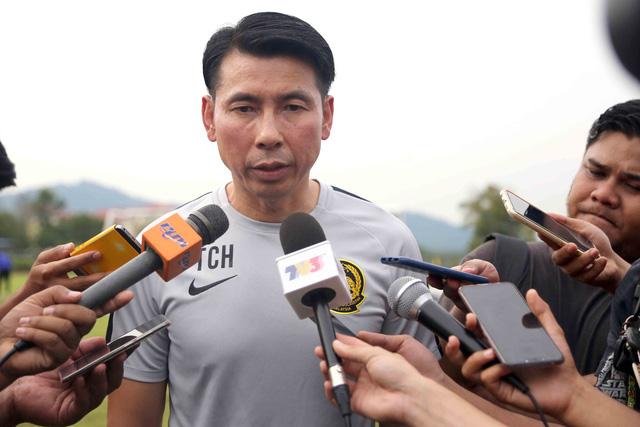 HLV Malaysia nghiên cứu băng hình VN trước buổi tập chiều 8-12 - Ảnh 4.